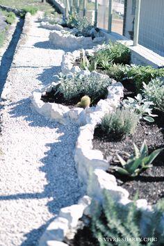 Vivre Shabby Chic: GIARDINO: aiuola in pietra Fai da Te Shabby Chic, Plants, Glamour, Ideas, Green, Planters, The Shining, Plant, Shabby Chic Style