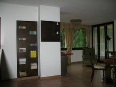 libreria con pannello decorativo realizzata in ferro acidato e cerato