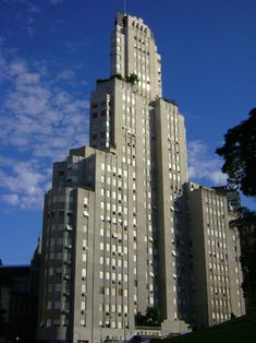 The Legend of the Kavanagh Building in Buenos Aires Edificio Kavanagh, What Is Art Deco, Art Deco Wallpaper, Art Deco Movement, Art Deco Buildings, Concrete Building, Argentina Travel, Chrysler Building, Historical Architecture