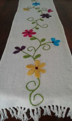 camino de mesa bordado a mano cm Hand Embroidery Videos, Embroidery Letters, Embroidery Flowers Pattern, Embroidery Works, Hand Embroidery Stitches, Crewel Embroidery, Ribbon Embroidery, Border Embroidery Designs, Mexican Embroidery