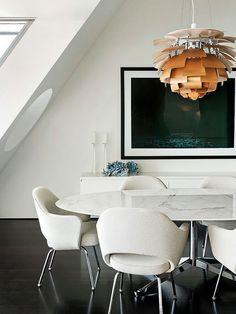 Mesa con tapa de marmol oval. Sillas mullidas tapizadas y ckn apoyabrazos..mucho confort