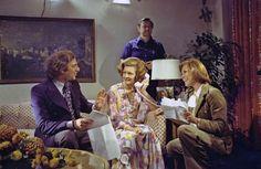 """1975: Betty Ford, Primera Dama, esposa del presidente Gerald Ford en el set con Mary Tyler Moore y el productor Ed Weinberger para """"El Show de Mary Tyler Moore"""". Betty tomó trabajos de modelo y de profesora de danza una temprana edad. Antes de casarse con Ford, estuvo casada durante 5 años con un vendedor"""