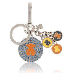 Llavero TOUS de la colección BEAR modelo MEDALS. Metal en color plata brillo. LLavero con motivos TOUS en esmalte naranja y cristales azul. Lleva un charm de oso en la anilla y tres motivos oso en esmalte azul, naranja y amarillo.Medidas: 9,5 x 7 cm.Color: Multi.