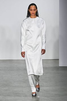 Helmut Lang Fall 2019 Ready-to-Wear Fashion Show - Vogue Helmut Lang, Chic Outfits, Fashion Outfits, Fashion Ideas, Dress Over Pants, Vogue Russia, Fashion Show Collection, White Fashion, Fall Dresses
