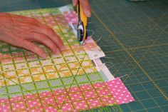Making an Easy Easter Table Runner Quilting Tips, Quilting Tutorials, Quilting Projects, Sewing Projects, Sewing Ideas, Sewing Tutorials, Table Runner And Placemats, Table Runner Pattern, Quilted Table Runners