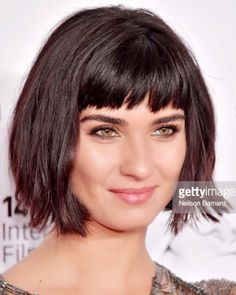 Short haircuts with bangs will make the appearance look fresher and not boring. Bangs will improve your facial features and also make you look younger than your age at this time. Short Haircuts With Bangs, Bob Haircut With Bangs, Short Bob Hairstyles, Hairstyles With Bangs, Short Hair Cuts, Hair Bangs, Medium Hair Styles, Curly Hair Styles, Shoulder Haircut