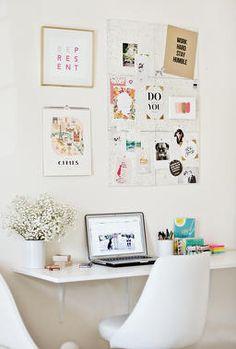 Decoração em branco, com pôsteres e flores no home office. No post: aproveitamento de espaço no apartamento pequeno