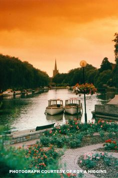 The river at Stratford upon Avon, England ~ Photograph Roy A Higgins. Beautiful World, Beautiful Places, Simply Beautiful, Stratford Upon Avon, Exotic Places, Travel Abroad, Great Britain, That Way, United Kingdom