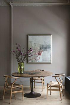 Mesa con sobre de roble y base de bronce patinada en plata. Es el modelo LUNAR. Puedes encontrarlo en OCHRE