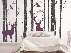 Wandtrend im Schlafzimmer: Trendige Hirsche mit Bäumstämmen als großes Wandtattoo.