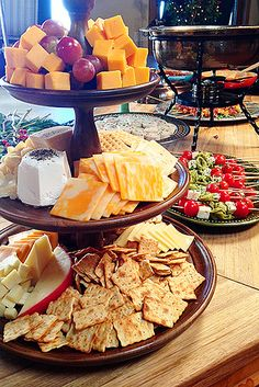 Easy Holiday Party Ideas- The Pioneer Woman. These ideas could be used for any gathering. appetizers with wine Easy Christmas Party Ideas Snacks Für Party, Appetizers For Party, Appetizer Recipes, Party Trays, Fruit Party, Cheese Appetizers, Fingerfood Party Ideas, Diy Party Platters, Birthday Appetizers