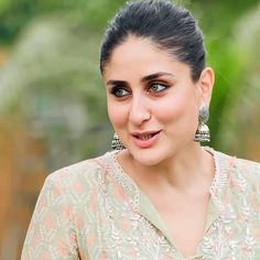 Kareena Kapoor enjoyed a day at the farm and the pictures scream all the fun she had ! Indian Celebrities, Beautiful Celebrities, Beautiful Actresses, Bollywood Celebrities, Kareena Kapoor Saree, Kareena Kapoor Photos, Indian Bollywood Actress, Indian Actresses, Karena Kapoor