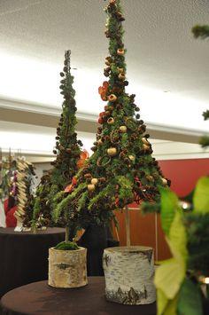 Een feeërieke florale kerst | fleurcreatief.com Altar Decorations, Christmas Decorations, Holiday Decor, Christmas Trees, Christmas Front Doors, Nature Crafts, Workshop, Flowers, Display Ideas