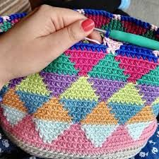 Sara is a young girl from Madrid, a training journalist who loves to crochet. Crochet Diy, Tunisian Crochet, Crochet Crafts, Crochet Stitches, Crochet Projects, Crochet Handbags, Crochet Purses, Tapestry Crochet Patterns, Confection Au Crochet