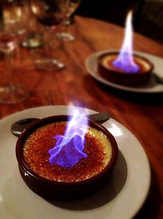 Flaming creme brûlée in Carcassonne. Sushi Recipes, Gourmet Recipes, Dessert Recipes, Cooking Recipes, French Creme Brulee Recipe, Flambe Desserts, Bistro Food, Football Food, Delicious Desserts
