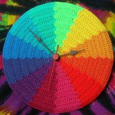 Fuente: http://www.ravelry.com/projects/babukatorium/rainbow-waves-psychedelic-crochet-clock