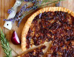 Pizza façon « tarte aux oignons rouges et miel ». Publié par L atelier de Steph et Lolie. Retrouvez toutes ses recettes sur youmiam.com.