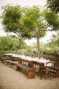 A mesa comunitária para casamento virou tendência e proporciona proximidade e aconchego em seu grande dia. Mas quando e como usá-la? Nós mostramos pra você!