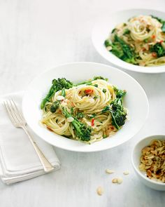 This zingy broccoli spaghetti, served with lemon and a good pinch of chilli is topped with toasted almonds for added crunch. Vegetarian Pasta Recipes, Broccoli Recipes, Vegan Dinner Recipes, Vegan Dinners, Vegetable Recipes, Healthy Recipes, Broccoli Lemon, Healthy Pizza, Asparagus Recipe