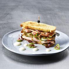 Alpines Club-Sandwich mit rosa Kalbsrücken und selbstgebackenem Toastbrot. #prodega #transgourmet #grosshandel #b2b #wirmenschenmachendenunterschied