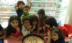أبناؤنا الأعزاء في الروضه يستمتعون بيومهم بالاحتفال ب (يوم البيتزا ) برفقة مدرستهم