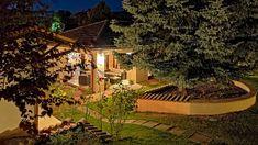 Balatonfüreden közel mindenhez eladó egy 143 négyzetméteres egyszintes, négyszobás ház külön vendégházzal 1085 négyzetméteres telken 179, 9 millió Forintos irányáron. A ház belső mennyezeti gerendái, az ide gyártatott fa ajtók és ablakok, a belső építészeti elemek, a berendezés, a bútorok, dísztárgyak egységes képpé összeállva egy különlegesen stílusos életteret alkotnak...