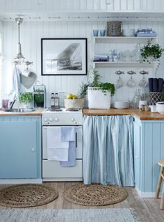 This relaxing sea side cottage kitchen: nice decor for a small kitchen Beach Theme Kitchen, Kitchen Themes, Kitchen Decor, Aqua Kitchen, Turquoise Kitchen, Kitchen Colors, Cozy Kitchen, Kitchen Linens, Country Kitchen