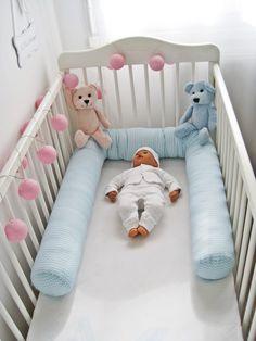 AAA -Boudin cale bébé, réducteur de lit, tour de lit chevron bleu.