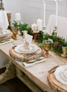 Wedding table decorations - 88 unique ideas for your party - table decoration wedding autumn decoration tree trunk slices rustic table decoration wedding autumn - Christmas Table Settings, Christmas Tablescapes, Christmas Table Decorations, Holiday Tablescape, Rustic Table Settings, Christmas Decorations Dinner Table, Christmas Place Setting, Brunch Table Setting, Winter Party Decorations