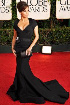 Eva Longoria con un vestido de Zac Posen en negro y con cola rematado con dos estupendos broches en la cintura de Neil Lane.