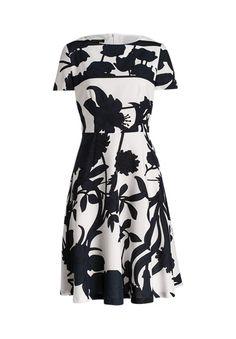 Luftig-leicht und locker schwingend zeigt sich dieses hübsche Kleid der Marke ESCADA mit floralem Print. Ein wundervolles Kleid für einen lauen Sommerabend!-gemustert von ESCADA bei OUTLETCITY.COM bestellen.