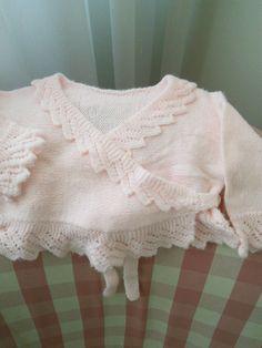 Chaqueta cruzada de lana rosa para niña. Hecha por María Landín