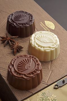 Delectable Chocolate Mooncakes give guests a unique take on the traditional favourite. Cake Festival, Food Festival, Chinese Moon Cake, Chocolate Packaging, Asian Desserts, Love Eat, Brownies, Saveur, Food Design
