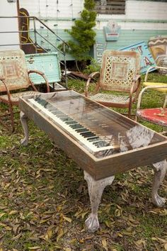 The Junk Gypsies created a rock-n-roll living room for Texas musician John Evans, turning an old piano keyboard into this coffee table. Trash-to-Treasure Projects From the Junk Gypsies Furniture Projects, Furniture Makeover, Home Projects, Diy Furniture, Outdoor Furniture, Repurposed Furniture, Painted Furniture, Vieux Pianos, The Piano