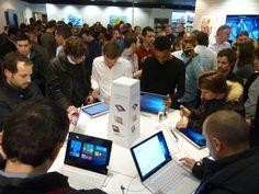 Le Microsoft Surface Book a séduit les Fans lors de la soirée #Only4Fans à la Fnac Disponible officiellement en France aujourdhui les fans du Surface Book ont eu la chance de découvrir le nouvel ordinateur de Microsoft en avant-première hier soir lors de la soirée #Only4Fans à la Fnac des champs Élysée à Paris. Nous étions évidemment présents pour lévènement pour vous rencontrer et découvrir ce nouveau produit avec vous.  Il y a du monde pour découvrir le Surface Book !  Le nouveau PC ultime…