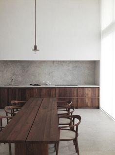 背面にフィットするように、ウォルナットの無垢材にカーブと反りを効かせた椅子です。床のタイルとの相性もいいですよね。しっとりと落ち着いた雰囲気の中に、ウォルナットの木目独特のリズム感があります。