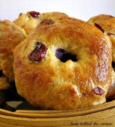 Crispy on the outside and chewing on the inside I love the texture of these Cranberry Orange Bagels. Making your own bagels is easier than you think. Bread Recipes, Cooking Recipes, Homemade Bagels, Bread And Pastries, Christmas Breakfast, Artisan Bread, Sweet Bread, Bread Baking, Breakfast Recipes