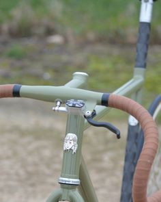Not sure of the origins of this bike, but the detail in features and colour is incredible. Thought it worth a share. Bici Retro, Velo Retro, Velo Vintage, Retro Bicycle, Vintage Bicycles, Velo Design, Bicycle Design, Cool Bicycles, Cool Bikes