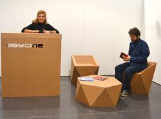 Muebles y mostrador de cartón en el Festival Abycine. Diseño sostenible para eventos. Cardboard furniture and counter at the Abycine Festival. Sustainable design for events.