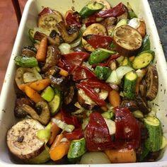 Preparando vegetales al horno para mis almuerzos de 3 a 4 dias! En una bandeja refractaria agregar vegetales troceados y cortados al bies o sesgo: hongos portobello, cebolla blanca, ajo porro, pimenton rojo, zuquinis o calabacines bebes, zanahorias bebe, berenjenas bebe con 2 cucharadas de aceite de oliva, 1 cucharada de vinagre balsamico, sal baja en sodio y pimienta, especias italianas al gusto! ( tomillo, romero, oregano, salvia, albahaca, laurel) Llevar al horno por 15 a 20 minutos y ...