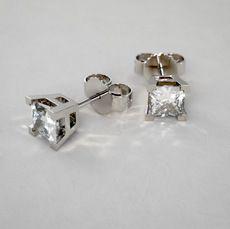 Pendientes Cortos de Diamantes Corte Princesa 1qt con Cuatro Grapas-V en Oro Blanco 14k