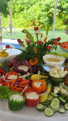 Fun veggie display - so many possibilities Appetizer Display, Veggie Display, Cheese Display, Veggie Tray, Vegetable Trays, Cheese Platters, Appetizers Table, Wedding Appetizers, Christmas Appetizers