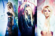 """Britney Una Marioneta Controlada por Ella Misma   Entrevista de Britney Spears en FLAUNT Magazine relatada porGregg LaGambina  """"Es seguro?"""" - Laurence Olivier Marathon Man (1976)  Es un día sin sombras hace calor y Los Ángeles es feo.  Una señorita sale a la luz brillante con cautela encorvada bajo un paraguas barato. En su estela que arrastra una carretilla llenacomestibles ropa y goma de mascar zapatos ortopédicos puente aéreo de cuerdas de color rosa. Mientras espera más allá de la…"""