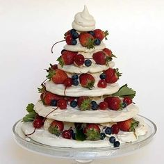 This Meringue Christmas Tree is easy if you prepare the meringues in advance. Video instructions by Ina Paarman - great alternative for those Brits who dislike Christmas pud! She has other helpful videos on this site. Christmas Entertaining, Christmas Party Food, Christmas Lunch, Xmas Food, Christmas Sweets, Christmas Cooking, Christmas Goodies, Christmas Holidays, Christmas Pavlova