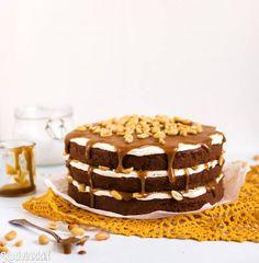 Ihanasti överi kinuskikakku sopii makeanystävälle. Suolapähkinät lisäävät kakkuun luonnetta. Kurkkaa ohje! Something Sweet, Tiramisu, Frosting, Cake Decorating, Sweet Tooth, Goodies, Food And Drink, Birthday Cake, Yummy Food