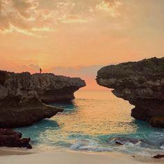 Peace is seeing a sunset and knowing who to thank.  Location : Pantai Mandorak, Sumba 📷 by : @achmadibnuu. . . #sumba #visitsumba #pulausumba #ExploreSumba #opentripsumba #tripsumba #tukangjalantrip #PesonaIndonesia #WonderfullIndonesia #ExploreNusantara #Liburan #liburanmurah #liburanhemat #liburanseru #Traveling #Travel #Tour #Tukang_Jalan #tukangjalan #TravelingGram #mandorak #pantaimandorak  #beach #mandorakbeach #sunset #sunsetbeach #opentrip