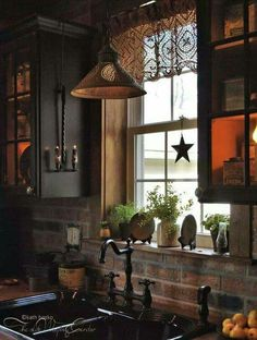 Traditional country kitchens are a design option that is often referred to as being timeless. Over the years, many people have found a traditional country kitchen design is just what they desire so they feel more at home in their kitchen. Primitive Homes, Country Primitive, Primitive Country Decorating, Primitive Crafts, Primitive Christmas, Küchen Design, House Design, Interior Design, Design Ideas