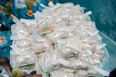 Dica: O @ateliehart faz lindíssimas embalagens para bem-casados e forminhas de doces.  São muitos estilos cores e materiais pra deixar seu casamento com muita personalidade! E você ainda pode pode encomendar um pacote completo ou modelos individuais. . Veja mais no Instagram  @ateliehart . CONTATOS  Telefone : (31) 99291-2369 E-mail : ateliehart@gmail.com Site : http://ift.tt/2iJmjrC . Eles entregam em todo Brasil! . #ateliêhart #guiaceub #ceub #casaréumbarato #casamento #wedding #doces…