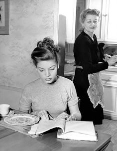 Lauren Bacall and her Mom❤️