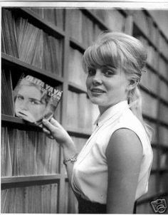 Sue Lyon hunts down her version of Lolita Ya-Ya in a record shop. Vintage Movie Stars, Vintage Movies, Sue Lyon, Dolores Haze, Bert Stern, Vladimir Nabokov, Classic Beauty, Old Hollywood, We Heart It